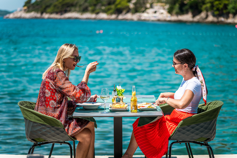 friends enjoying drinks beach dubrovnik